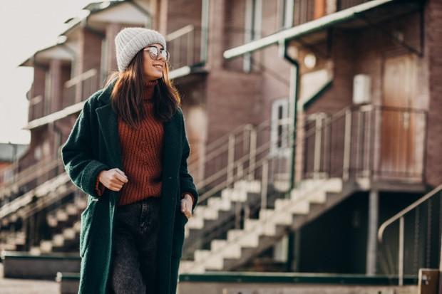 Tips Outfit Untuk Payudara Besar dengan Pilih Warna Gelap/freepik.com