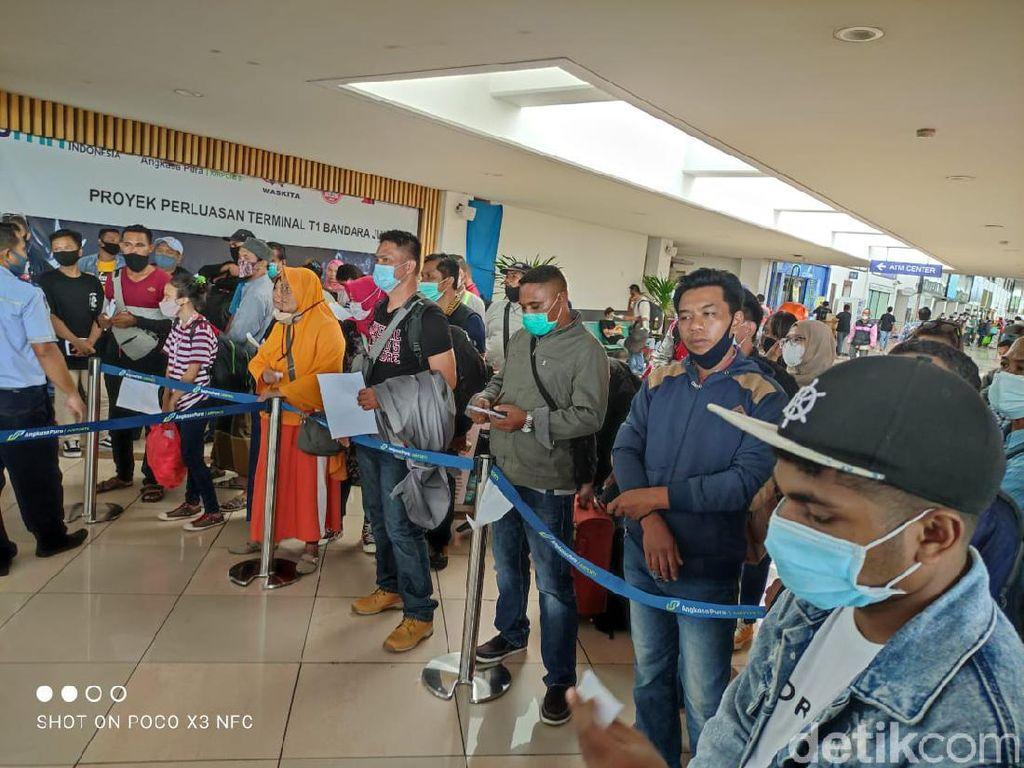 Antrean Rapid Antigen Panjang, Puluhan Calon Penumpang Bandara Juanda Reschedule