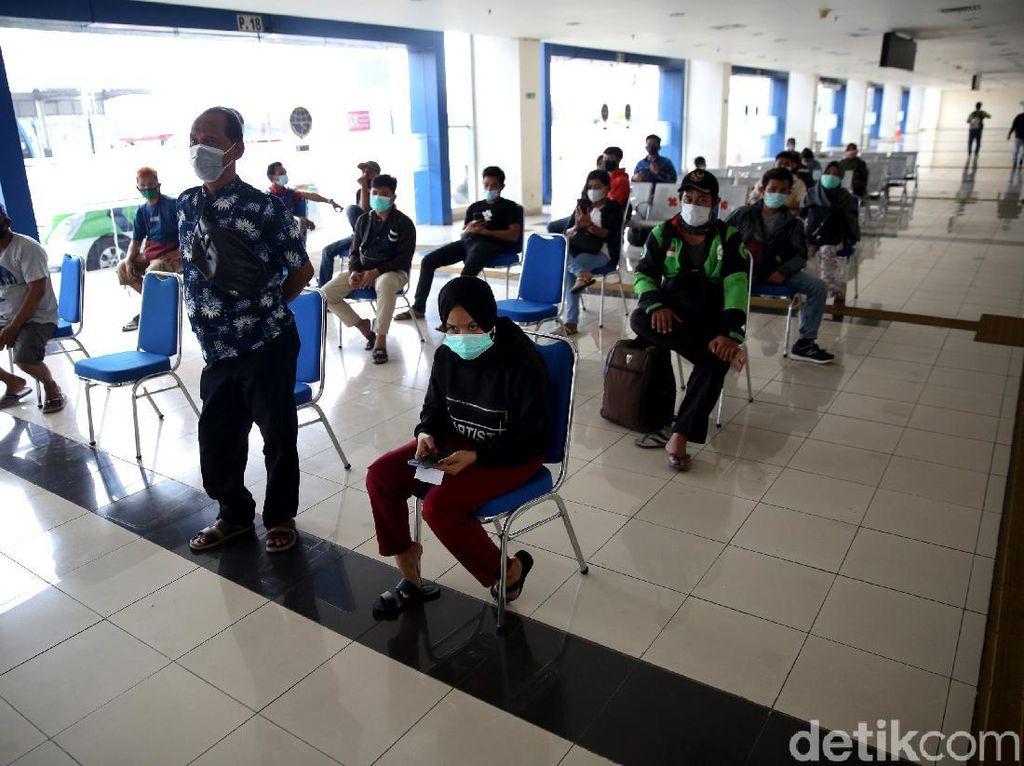 Jelang Libur Nataru, Penumpang Bus Antre Rapid Test Antigen