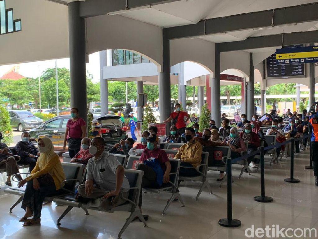 Keluhan Penumpang di Stasiun Gubeng yang Antre Berjam-jam Rapid Antigen