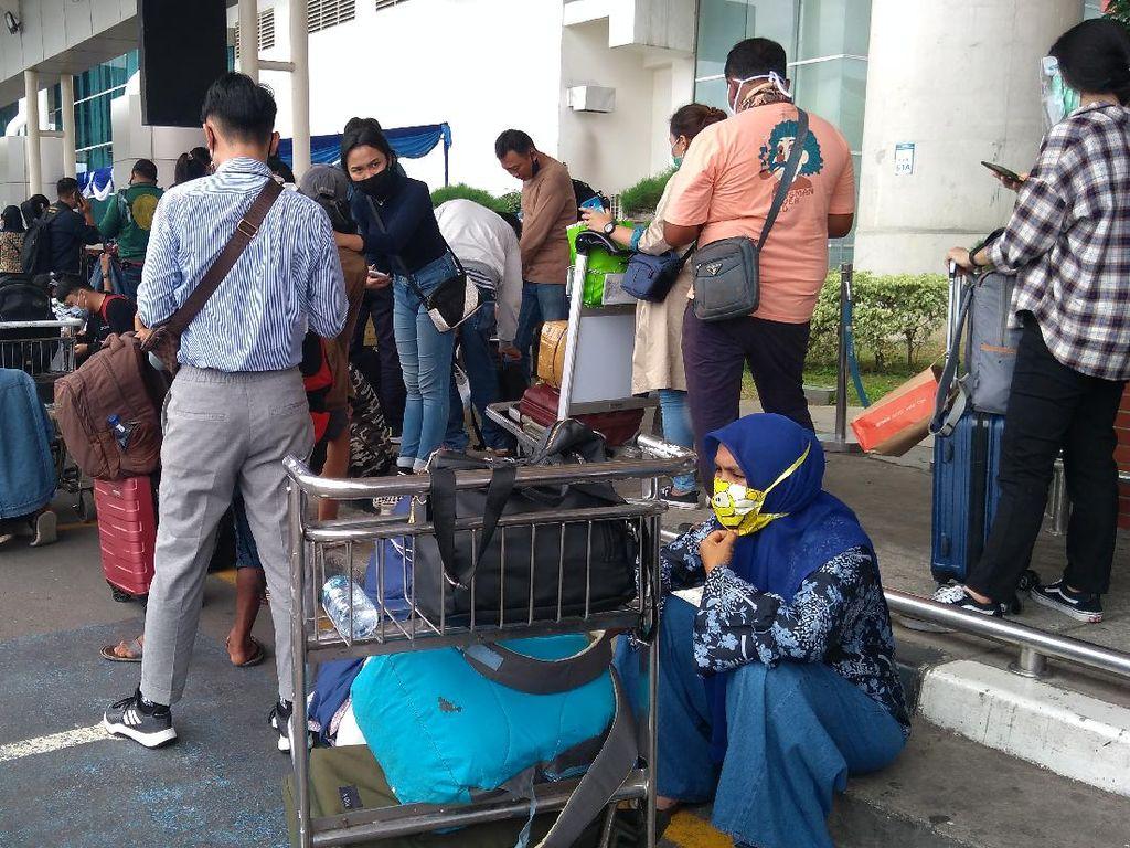 Hingga Siang Hari, Antrean Rapid Antigen Masih Mengular di Bandara Soetta