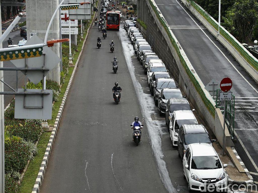 Waduh! Belasan Mobil Parkir di Bahu Jalan Trunojoyo