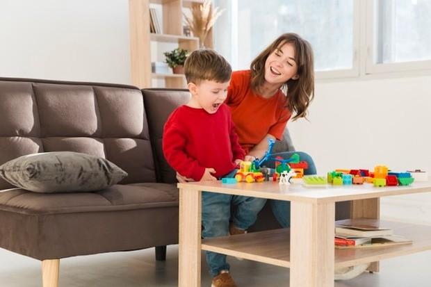 Meluangkan waktu bermain bersama anak.