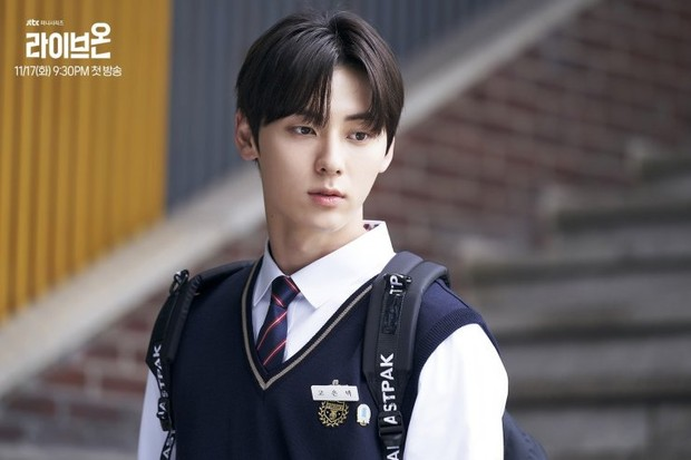 "Tahun ini Minhyun mengawali debut aktingnya lewat drama anak sekolahan berjudul ""Live On"" dan mengambil peran utama sebagai Go Eun Taek."