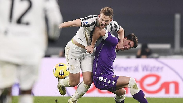Juventus Matthijs de Ligt, left, and Fiorentinas Dusan Vlahovic compete for the ball during the Serie A soccer match between Juventus and Fiorentina, at the Allianz Stadium in Turin, Italy, Tuesday, Dec. 22, 2020. (Fabio Ferrari/LaPresse via AP)