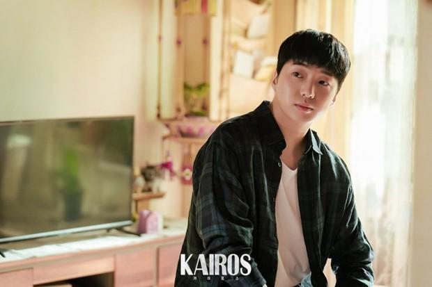 """Tahun ini, Kang Seung Yoon pun kembali menunjukkan kemampuan aktingnya melalui perannya sebagai In Gun Wook dalam drama """"Kairos""""."""