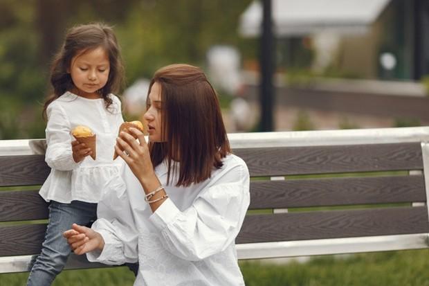 Ajarkan anak tentang rasa bahagia yang sederhana.