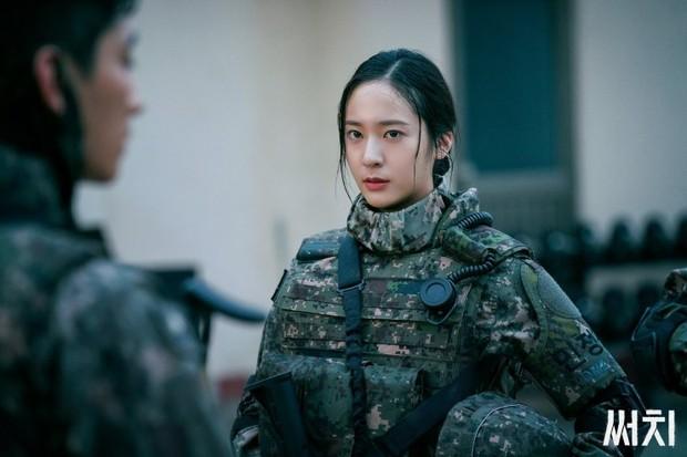 """Krystal membintangi drama OCN dengan genre thriller-militer yang berjudul """"Search"""", di drama itu Krystal berperan sebagai seorang perwira elit bernama Son Ye Rim."""