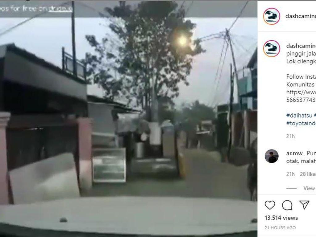 Duh! Parkir Mobil Sembarangan Sampai Nyusahin Pengendara Lain, Netizen: Coba yang Lewat Tank