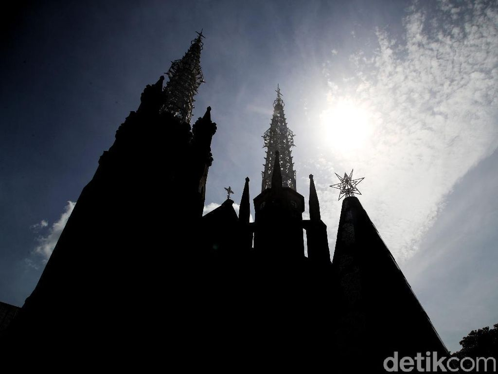 Persiapan Gereja Katedral Jelang Misa Natal