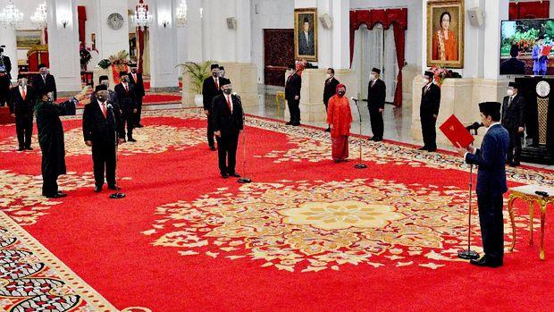 Presiden Joko Widodo (kanan) memimpin upacara pelantikan menteri Kabinet Indonesia Maju di Istana Negara Jakarta, Rabu (23/12/2020). Presiden melantik enam menteri untuk menggantikan posisi menteri lama (reshuffle) dan lima wakil menteri, diantaranya Tri Rismaharini sebagai Menteri Sosial, Sakti Wahyu Trenggono sebagai Menteri Kelautan dan Perikanan, Yaqut Cholil Qoumas sebagai Menteri Agama, Budi Gunadi Sadikin sebagai Menteri Kesehatan, Sandiaga Salahudin Uno sebagai Menteri Pariwisata dan Ekonomi Kreatif serta M Lutfi sebagai Menteri Perdagangan. ANTARA FOTO/HO/Setpres-Agus Suparto/wpa/hp.