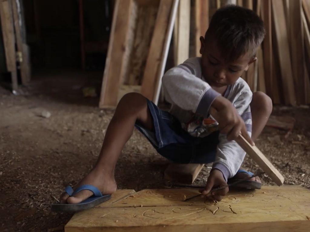 Ini Riano, Bocah 7 Tahun Asal Malaka yang Jago Pahat