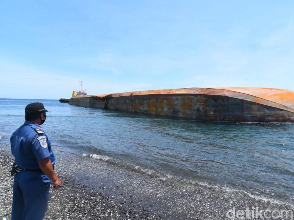 Tongkang Terbalik di Selat Bali Ancam Terumbu Karang Bangsring Underwater