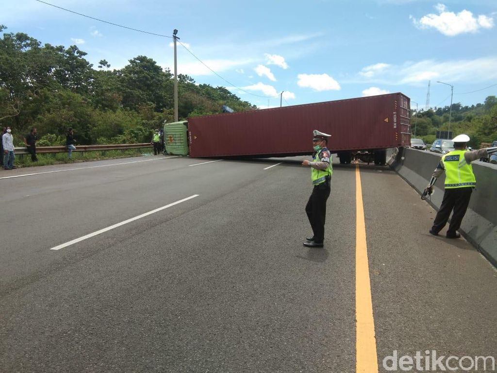 Truk Kontainer Terguling Menutup Jalan Tol Cipularang Purwakarta