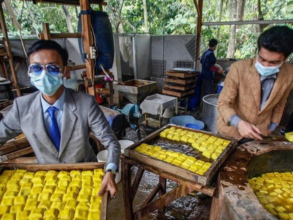 Keren! Penjual Tahu di Bogor Bergaya Necis Pakai Setelan Jas Rapi