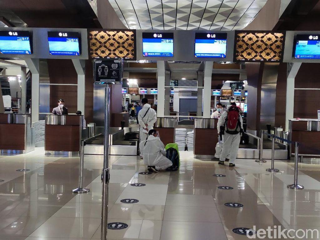 Ramai Orang Berpakaian APD di Bandara Soetta, Sandiaga Diberi Jokowi 1 Tahun