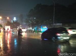 Banjir Kepung Bandung, Sejumlah Mobil Terendam di Jalan Pasteur