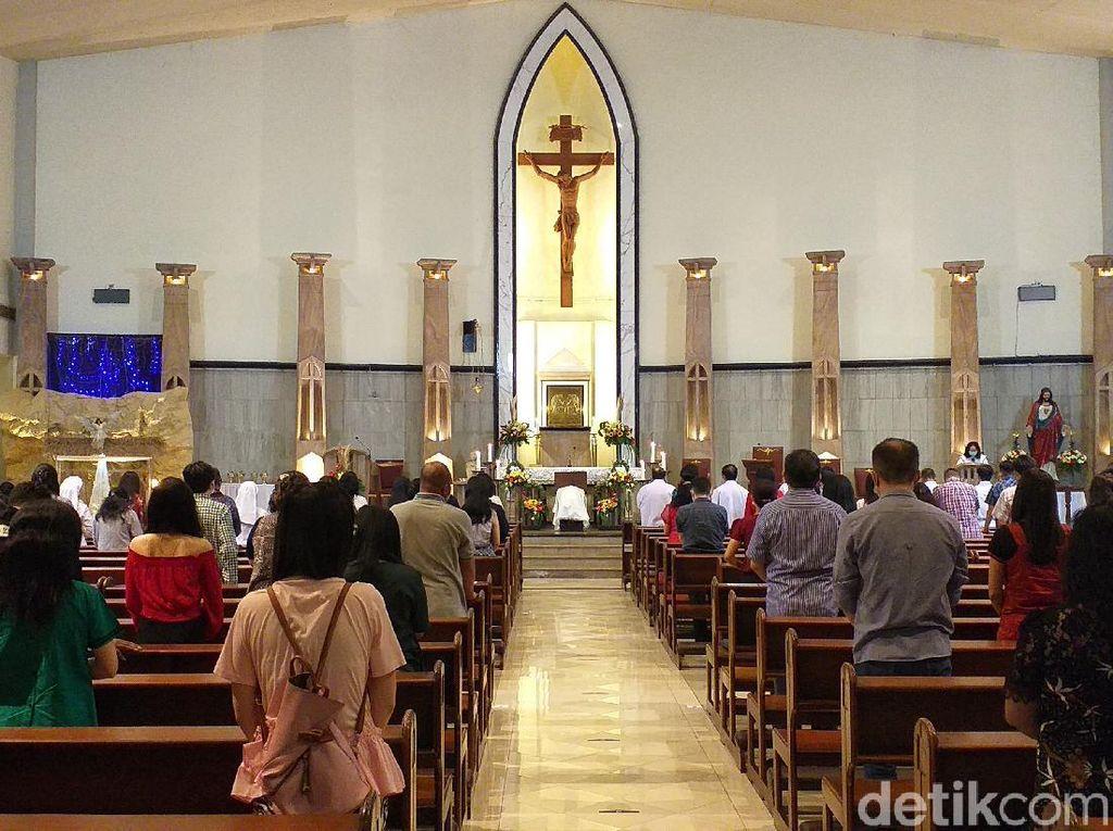 Suasana Misa Natal di Gereja Gembala yang Baik Surabaya, Jemaat 280 Orang
