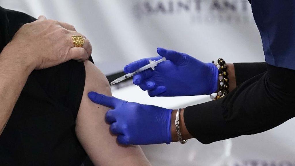 Begini Proses Suntik Vaksin Pfizer di Chicago AS
