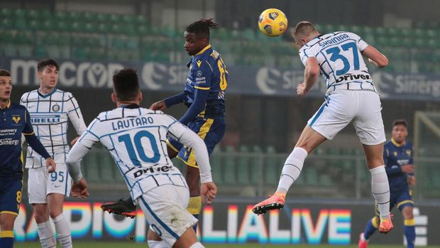 VERONA, ITALY - DECEMBER 23: Milan Skriniar of Internazionale scores their sides second goal during the Serie A match between Hellas Verona FC and FC Internazionale at Stadio Marcantonio Bentegodi on December 23, 2020 in Verona, Italy. Sporting stadiums around Italy remain under strict restrictions due to the Coronavirus Pandemic as Government social distancing laws prohibit fans inside venues resulting in games being played behind closed doors. (Photo by Emilio Andreoli/Getty Images)