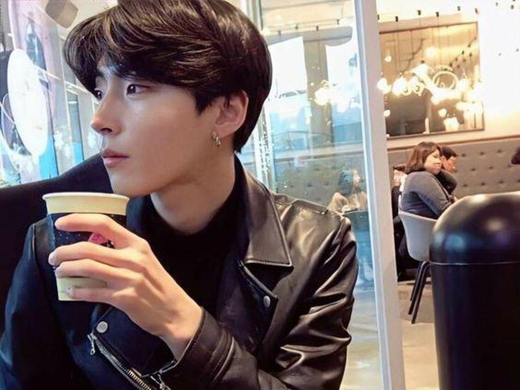 Si Tampan Hwang In Yeop True Beauty yang Suka Ngopi