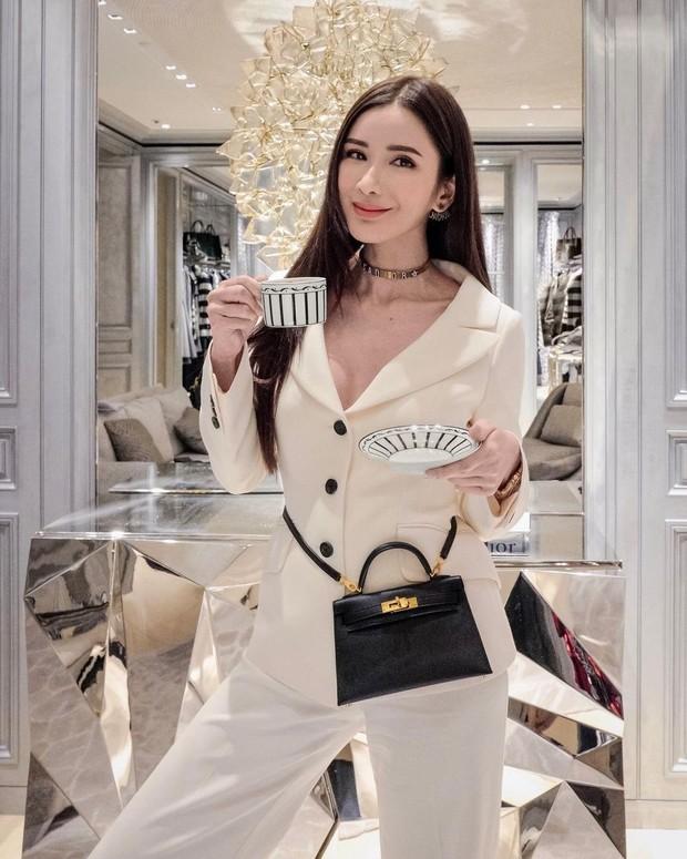Jamie Chua mengenakan tas Hèrmes mini berwarna hitam