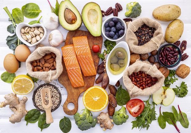 Cara pertama yang bisa kamu lakukan adalah konsumsi makanan yang bernutrisi untuk merangsang pertumbuhan dari dalam.