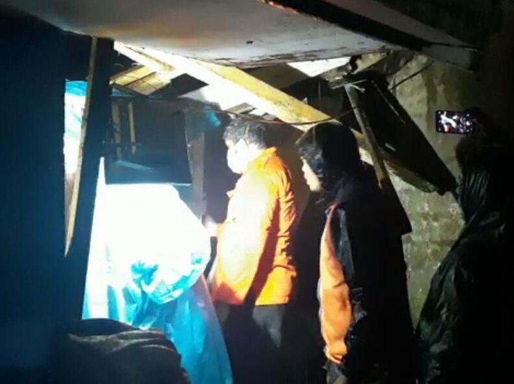 Sekeluarga Terjebak Dalam Rumah Tertimpa Longsor di Bandung Barat