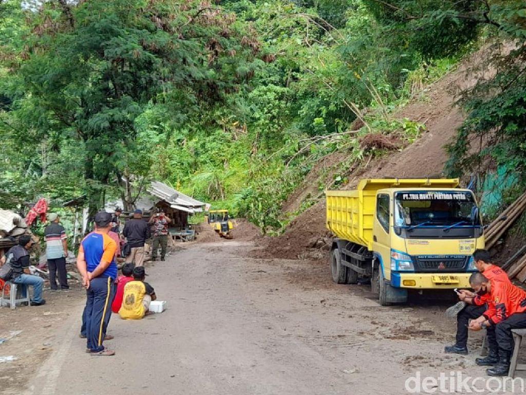 Petugas Singkirkan Tanah Longsor di Akses Alternatif Geopark Ciletuh