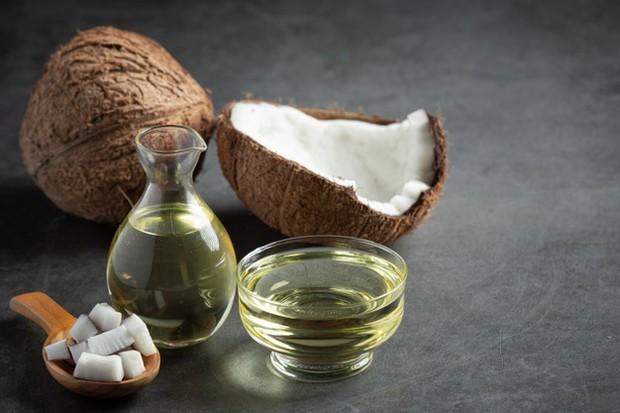 Mengoleskan sedikit minyak kelapa ke alis kamu setiap malam juga akan memberikan nutrisi yang dibutuhkan bagi alis yang menipis.