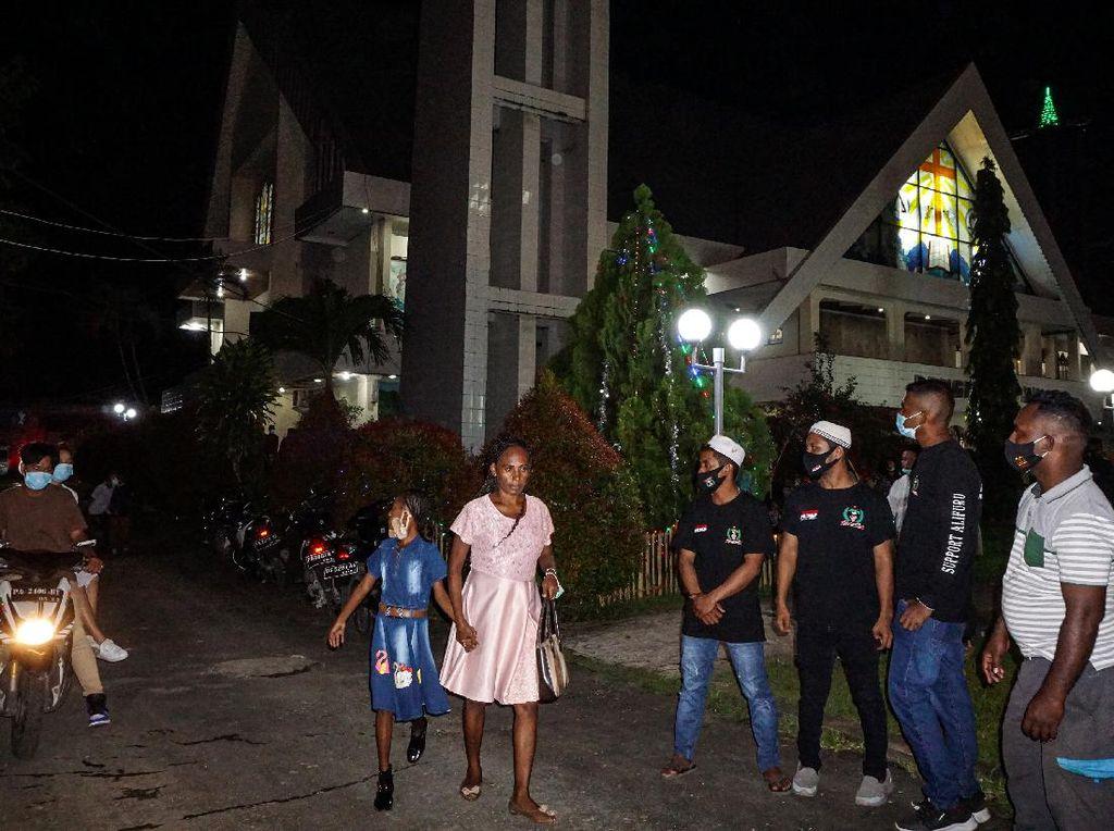 Pemuda Muslim di Jayapura Bantu Jaga Gereja Saat Misa Natal