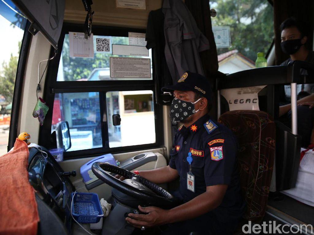 Petugas Lakukan Ram Cek Bus Angkutan Mudik
