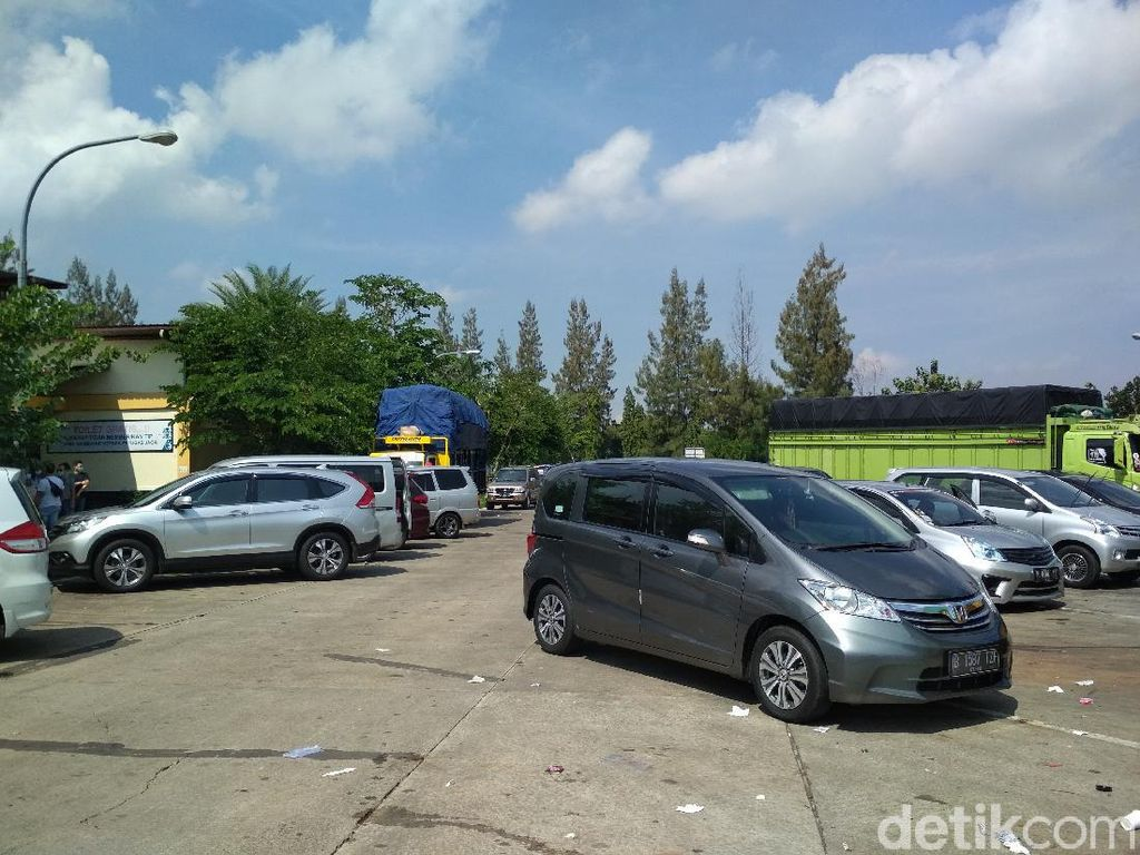 Rest Area KM 207 A Tol Palikanci Mulai Dipadati Kendaraan