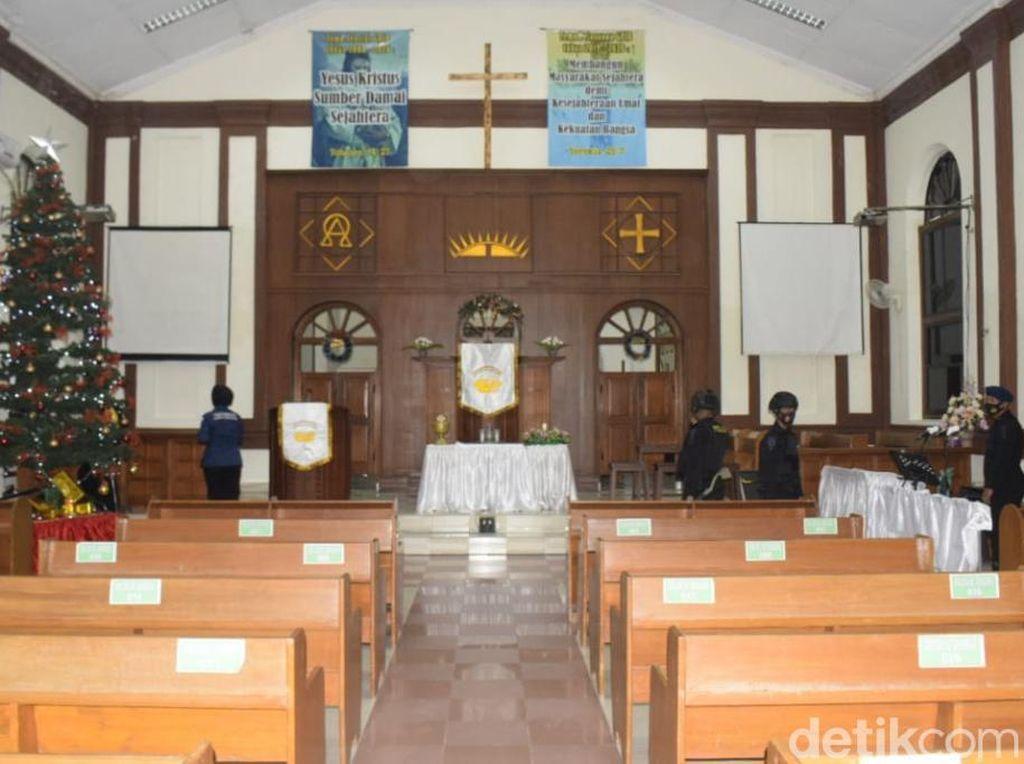 Polisi Sterilisasi dan Pastikan Penerapan Prokes di Gereja Kota Pasuruan