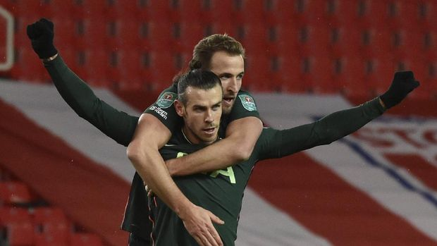 Tottenham's Gareth Bale, front, celebrates with Harry Kane after scoring his side's opening goal during the English League Cup quarterfinal soccer match between Stoke City and Tottenham Hotspur at the Bet365 Stadium in Stoke on Trent, England, Wednesday Dec. 23, 2020. (AP Photo/Rui Vieira)