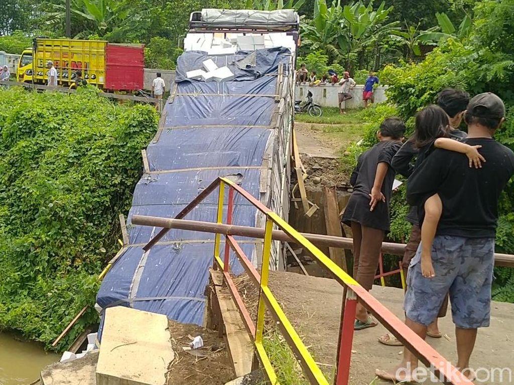 Truk Tronton Nyasar-Terperosok ke Sungai Gegara Ikuti Google Maps