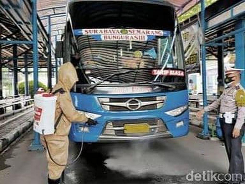 Bus di Lamongan Disemprot Disinfektan Cegah COVID-19 Selama Nataru