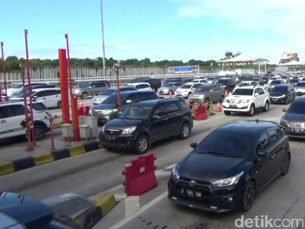 Hari H Perayaan Natal, Antrean Kendaraan di Gerbang Tol Cikatama Padat