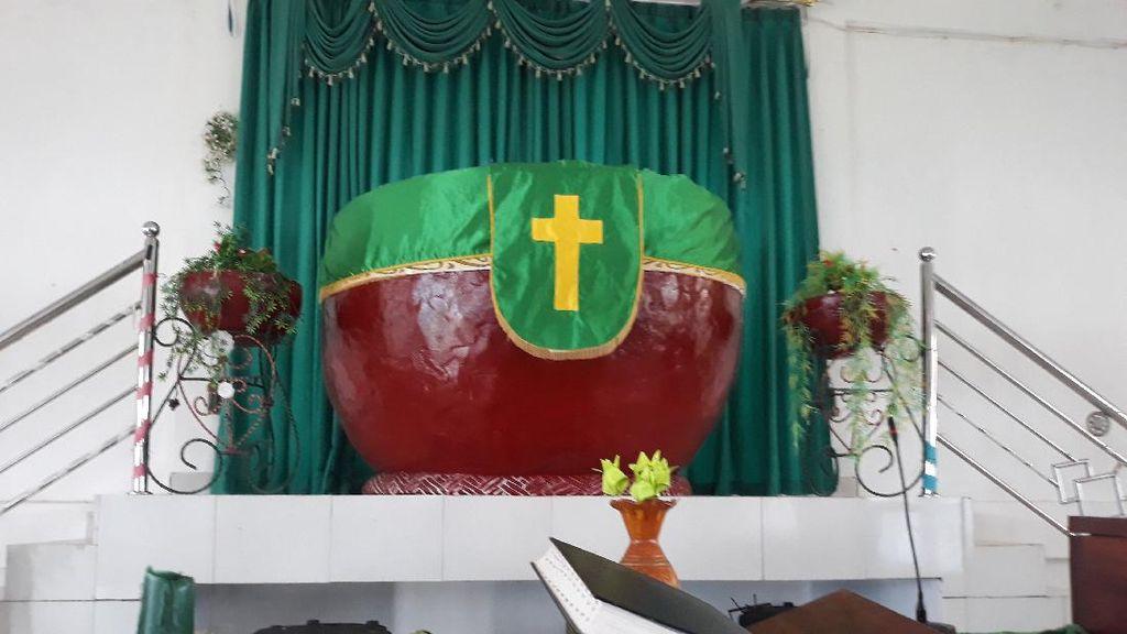 Foto: Gereja Unik di Sentani, Salibnya di Dalam Tempayan
