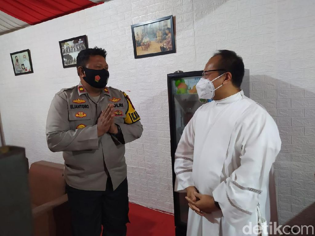 Ucapkan Terima Kasih, Pastor Gereja Katedral Beri Bingkisan ke Polisi-TNI
