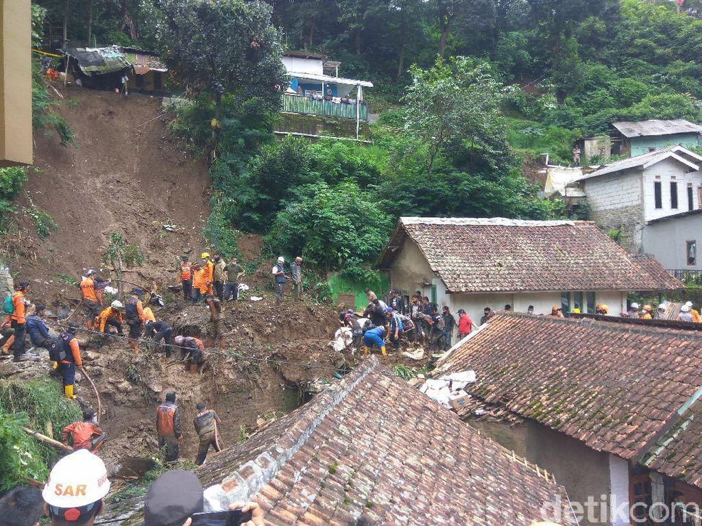 12 Jam Dicari, Korban Tertimbun Longsor di Bandung Barat Belum Ditemukan