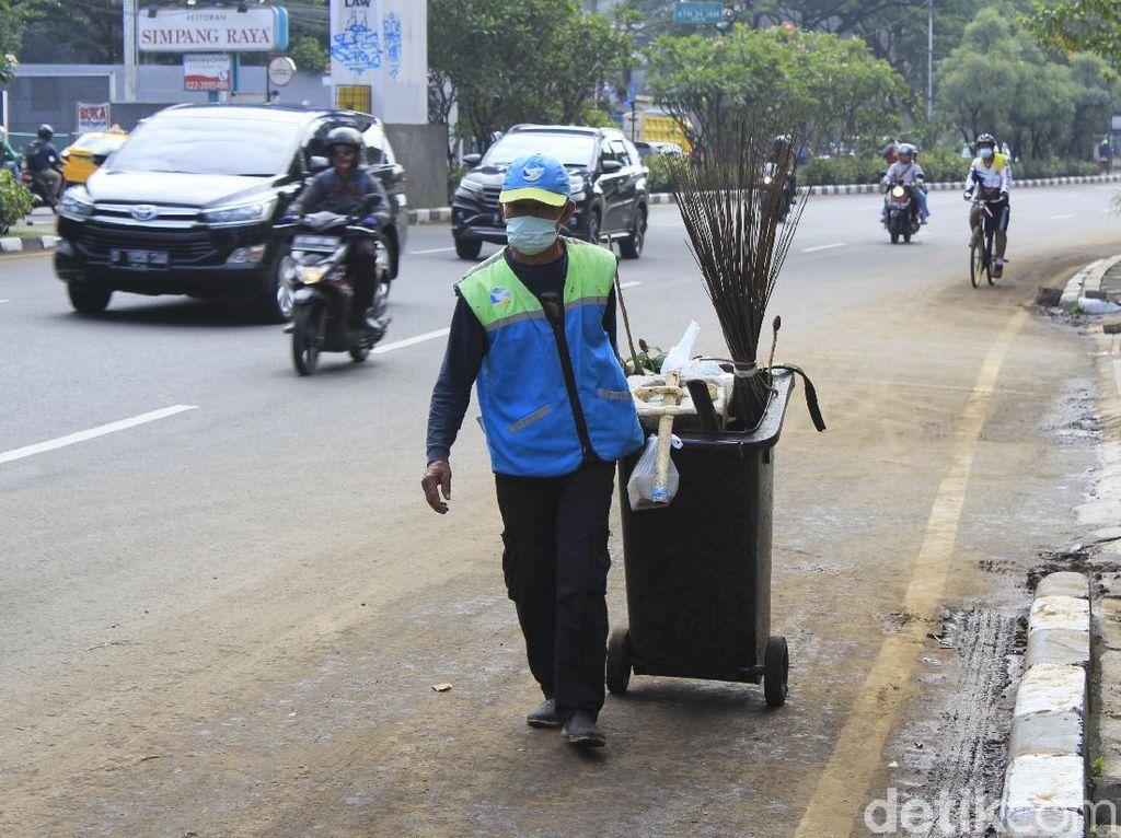 Petugas Mulai Bersihkan Sisa Banjir di Kawasan Pasteur Bandung