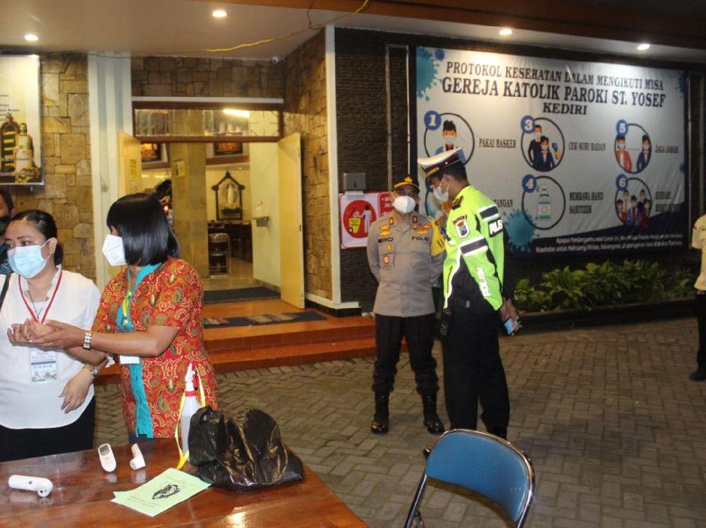 Pastikan Natal Aman dan Nyaman, Polisi Kota Kediri Patroli Gereja dan Lalin
