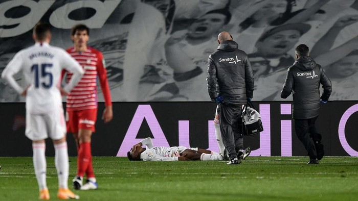 MADRID, SPAIN - DECEMBER 23: Rodrygo of Real Madrid reacts holding his leg before being substituted off during the La Liga Santander match between Real Madrid and Granada CF at Estadio Alfredo Di Stefano on December 23, 2020 in Madrid, Spain. Sporting stadiums around Spain remain under strict restrictions due to the Coronavirus Pandemic as Government social distancing laws prohibit fans inside venues resulting in games being played behind closed doors. (Photo by Denis Doyle/Getty Images)