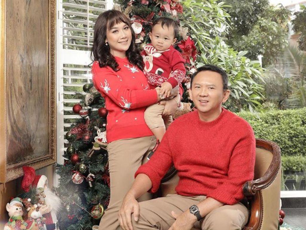 Gaya Ahok dan Puput di Foto Natal Pertama, Kompak Serba Merah