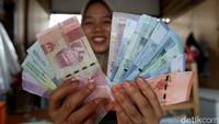 RI dan Malaysia Mulai Say Goodbye Dolar AS, Apa Manfaat Buat Nasabah?