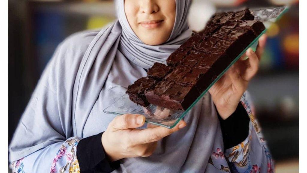 Pandai Masak, Ini Gaya Jane Shalimar saat Buat Kue Cokelat