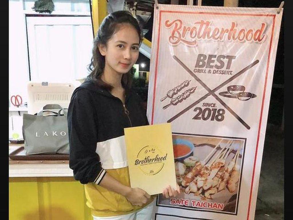 Foto 3 Pramugari Cantik Kena Dampak Corona, Tak Menyerah Saat Gaji Hilang