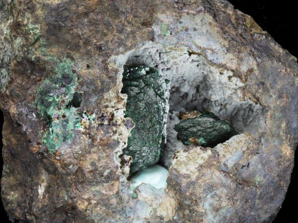 Mineral Baru Kernowite Ditemukan pada Batu yang Ditambang 220 Tahun Lalu