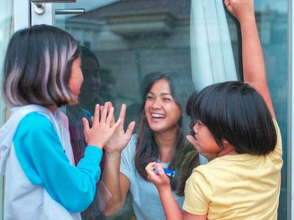 Masih Positif Corona, Nirina Zubir Patah Hati Belum Bisa Peluk Anak